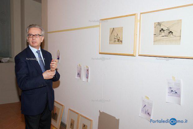 L'assessore Cavadini con alcune delle opere di Sant'Elia - © Foto F. Molina