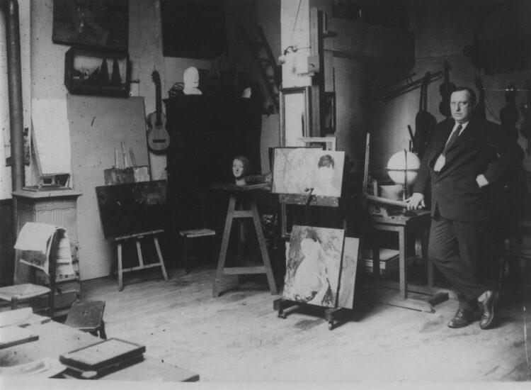 11.Derain nel suo atelier in rue Bonaparte a Parigi Photo Meurisse Archives G.Taillade Parigi
